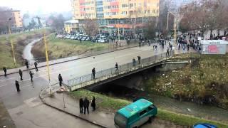 Download Protesti u Tuzli...POLICAJAC GADJA KAMENJEM ......perverzija na ulicama !!! Video