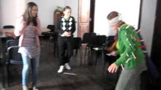 Download Gallinita ciega (con trabas de la ropa) Video