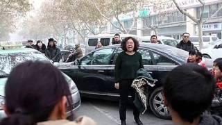 Download 郑州街头″原配″驾!路虎追打开奥迪″小三″! Video