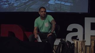 Download Vida de barrio | Claudio Farias | TEDxLaPincoya Video