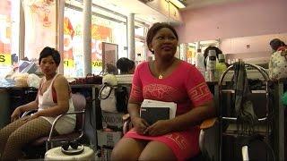 Download Reportage : à Paris, les coiffeuses sans-papiers de Château d'eau se rebellent Video