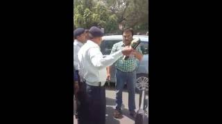Download Delhi Traffic Police Fight topamazingnews Video