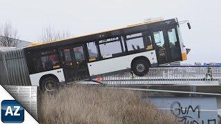 Download Bus bleibt auf Brückengeländer in Mainz hängen Video