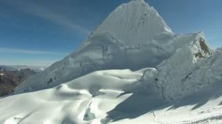 Download Espectacular vista del nevado Alpamayo desde un Dron Video