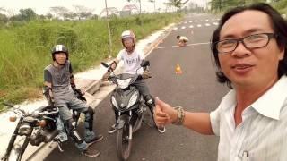 Download Hai nhóc lần đầu tiên tự tập kỹ thuật lái xe (Gymkhana Motorbike) Video