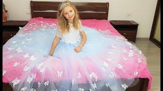 Download Polina y sus hermosas princesas se visten. Video