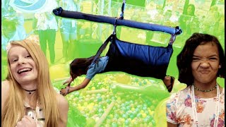 Download HUMAN CLAW MACHINE RACE with FAMILY FIZZ Video