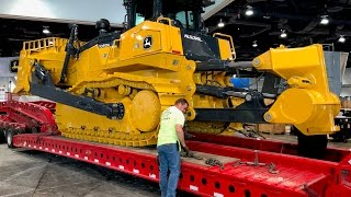 Download John Deere's biggest bulldozer moving out of Conexpo 2017 Video