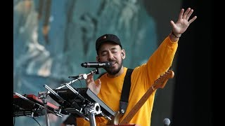 Download Mike Shinoda and Crowd Pay Emotional Tribute to Chester Bennington (In The End) Video