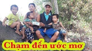 Download Trao quà bất ngờ cho vợ chồng trẻ dắt 3 con nhỏ lang thang nhặt ve chai trên sông - Guufood Video