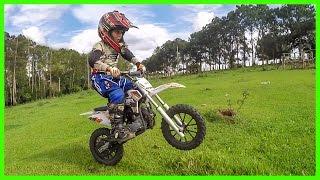 Download MINI MOTO A GASOLINA DE TRILHA OU MOTOCROSS PILOTO MIRIM 5 ANOS Video