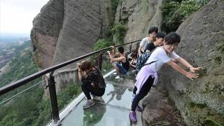 Download Tourists flee as glass walkway cracks Video