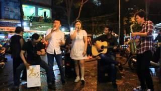 Download Một đêm hát rong vất vả của chàng trai kẹo kéo Lê Cường Video