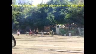 Download Djurdjevdan u Rakovici, Beograd, Romi zapalili vatru na trotoaru i okrecu razanj Video