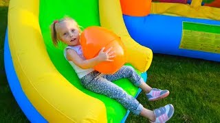 Download Alicia buscando huevos en gigante tobogán de agua inflable Video