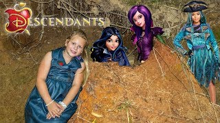 Download DESCENDANTS 2 Assistant Hunts for Mal and Evie Toys Video