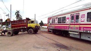 Download Truck ketabrak Kereta api diperlintasan cipinang Video