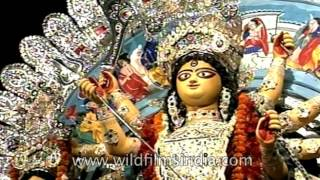 Download Priest performs Durga Arti at a pandal in Kolkata Video