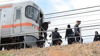 Download 東海道線でパンタグラフ破損  線路上に通勤客らの列 Video
