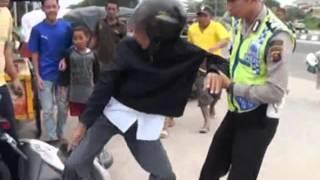 Download Pemotor berusaha melarikan diri menghindari razia lalu lintas - iNews Petang 12/02 Video