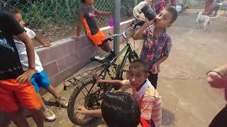 Download Se le arruinó la bicicleta a Felipín del caite. Está lista la Pupuseada con de niña Betty.Parte 13 Video