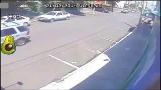 Download Conductor atropella a unos asaltantes que escapaban en moto Video