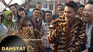 Download Kejutan untuk Syahnaz, orang di dalam kostum harimau [Dahsyat] [30 Okt 2015] Video