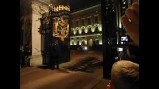 Download Rainha Elizabeth II e Príncipe Charles saindo do Palácio de Buckingham Video