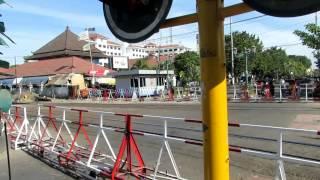 Download Palang Pintu Kereta Api Otomatis - Perlintasan Malioboro Stasiun Tugu (Kereta Api Indonesia) Video