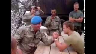 Download Türk'e Meydan Okuman Yeterli - Türk ve Hollandalı Askerin Bilek Güreşi Video