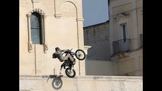 Download James Bond - No Time To Die: Bike jump onto square, Matera, Italy (new version) Video