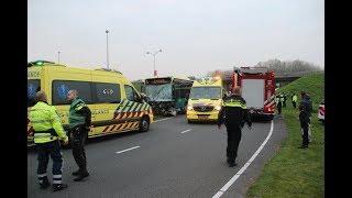 Download Hulpdiensten Rukken Massaal uit naar Frontaal ongeval tussen Twee Bussen, 14 gewonden Video