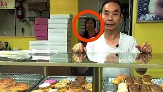Download Lorsque la femme du boulanger n'est plus dans le magasin, les clients se doutent de quelque chose. Video