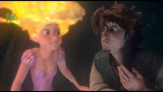 Download Ses cheveux s'illuminent ! Flynn rider et Raiponce Video
