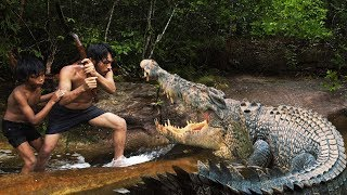 Download Terrifying! Brave Forest Men Fighting Crocodile - How To Fight With Crocodile in Forest Video