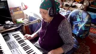 Download Бабушка играет на синтезаторе и красиво поёт - Восхищаюсь! Video