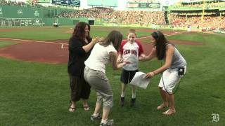 Download Man with no arms throws out the first pitch Video