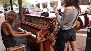 Download Бездомный подошел к фортепиано… и началось волшебство! Video