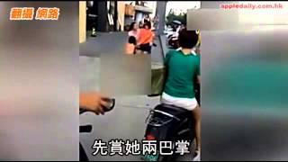 Download 小三挑釁 遭正宮當街扒光-蘋果日報 20140829 Video