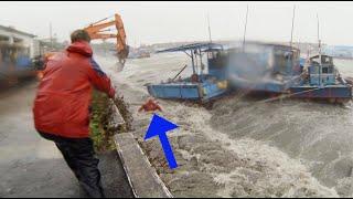 Download Taiwan fisherman nearly drowns in Typhoon Usagi 2:37 mark Video