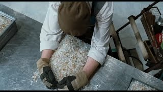 Download 清洁工老头悄无声息运走公司2吨钻石,不为名利,只为复仇 Video