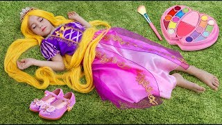 Download София Принцесса Рапунцель, Играет в салоне красоты с детской парикмахерской Video
