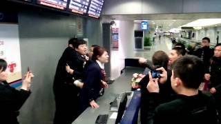 Download Beijing airport fight between China Eastern staff and aggrieved travelers Video