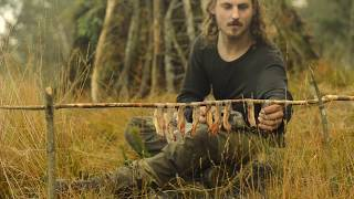 Download Bushcraft overnight - shelter building, fat wood, bacon, russian axe, repairing sweater Video