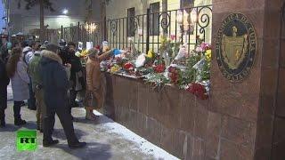 Download Los moscovitas depositan flores cerca de la Embajada de Cuba en Moscú en memoria de Fidel Castro Video