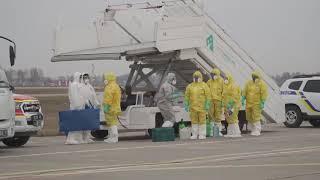 Download Борт з евакуйованими з китайського Уханя приземлився в Борисполі Video