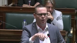 Download ″Politici die geld bij daklozen halen om het in hun zakken te steken? Genoeg gegraaid!″ Video