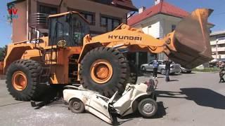 Download Hyundai vs Yugo 45 / excavator against car Video
