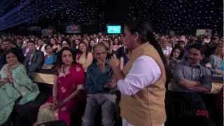 Download Bharti Singh on the lookout for celebrity smiles at the People's Choice Awards 2012 [HD] Video
