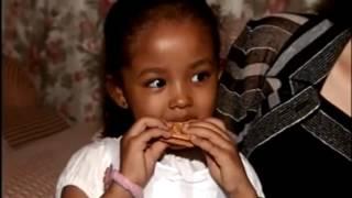 Download 中国美女嫁给非洲土豪老公别墅3座,生一儿一女混血宝宝非常可爱 Video